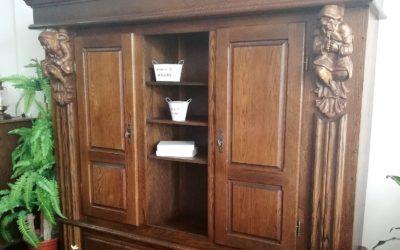 Armario alto labrado con puertas, hueco y cajones [1920019]